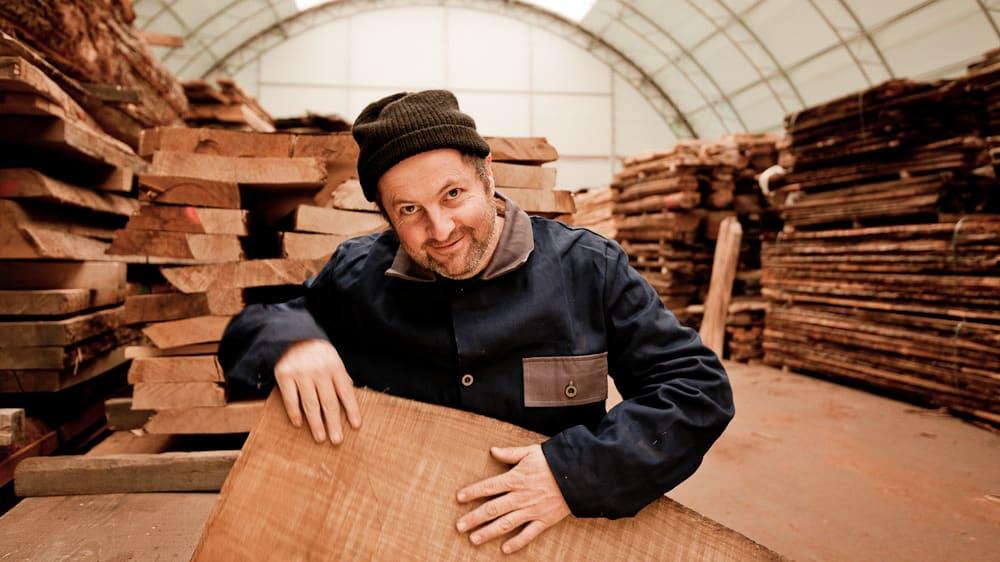 Ernst Schwarz in der Klimahalle für trockene Hölzer