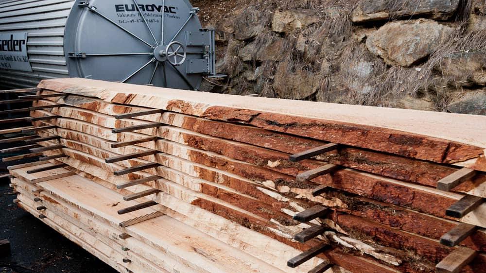 Holzpaket vor der Trockenkammer