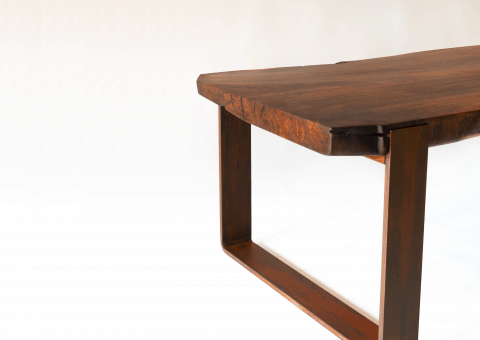 Einbaumtisch aus Nussholz