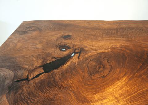 Detail Einbaumtisch aus Nussholz