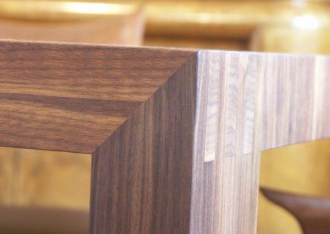 Detail Esstisch aus Nussholz